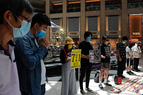 Demokratiaa kannattavat mielenosoittajat pitivät minuutin hiljaisuuden Kiinan hyväksyttyä uuden turvallisuuslain.