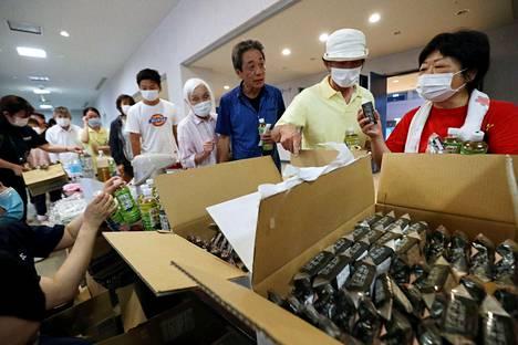Evakuoiduille asukkaille tarjottiin ruoka-apua Hitoyoshissa sunnuntaina.