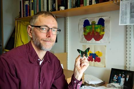 Professori Niklas Wahlberg on myös Lundin yliopiston Biologisen museon johtaja. Hän esittelee eteläamerikkalaista perhosta Urania leilusta.