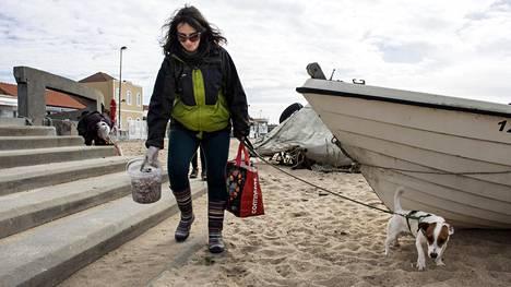 Kahvilan pitäjä Daniela Barros käynnisti viikottaiset merimuovin siivoustalkoot Agudan kalastajakylässä Atlantin rannalla. Vapaaehtoisesta roskankeruusta on tullut suosittu ilmiö Portugalissa.