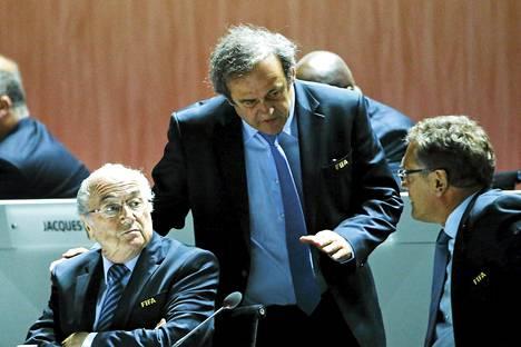 Michel Platinin (kesk.) asema Fifan puheenjohtajaehdokkaana on vaakalaudalla.