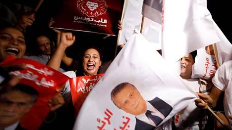 Presidenttiehdokas Nabil Karouin kannattajat riemuitsivat hänen vapauttamisestaan vankilasta.