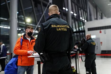 Rajavartivat tekemässä maahantulontarkastusta Tallinnasta saapuville matkustajille Länsiterminaalissa Helsingissä tammikuun lopussa.