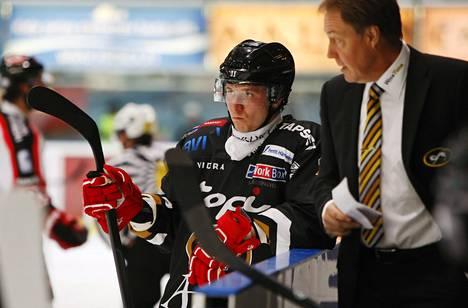 Jussi Jokinen kuunteli tarkkaavaisena Kärppien valmentajan Hannu Aravirran ohjeita työsulkupestin ensimmäisessä ottelussaan.