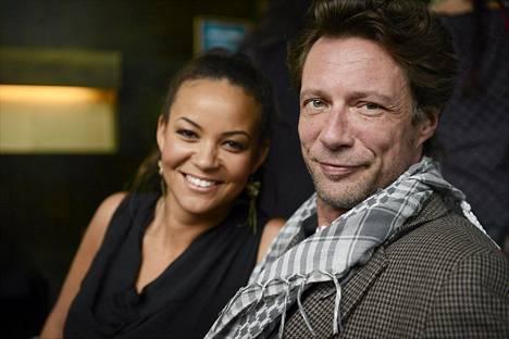 Uudessa Vares - Pimeyden tango -elokuvassa näyttelevät Lola Wallinkoski ja Antti Reini tiedotustilaisuudessa 25. syyskuuta 2012.