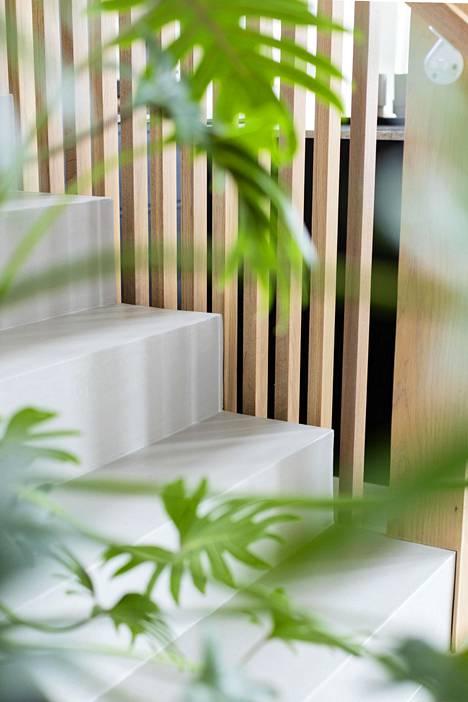 Kohteessa 7 betonista valettu portaikon alaosa yhdistyy puiseen rimaseinään.