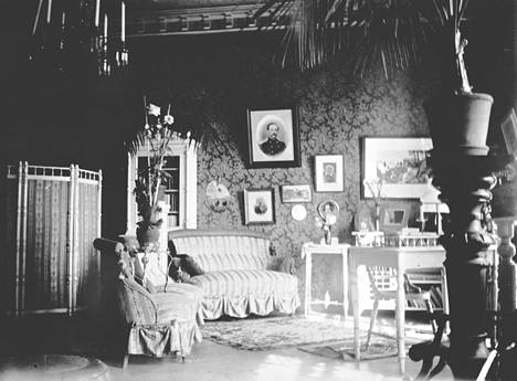 1906 Ida Aalbergin ja Lauri Kivekkään entisessä salissa asuivat opettajatar Aina Neovius ja konttoristi Naëma Wahlroos.