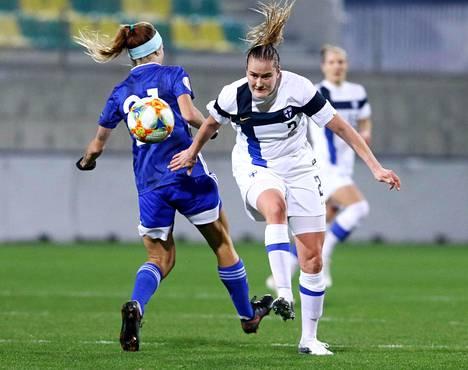 Elli Pikkujämsä (oik.) pelasi hyvän pelin Suomen vasempana laitapakkina. Kypros-ottelu oli hänen ensimmäinen ottelunsa avauskokoonpanossa EM-karsinnoissa.