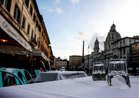 Kulutuksen väheneminen kiihdyttää tuotteiden ja palveluiden halpenemista. Koronavirustartuntojen lisääntymisen takia ravintoloiden toimintaa on rajoitettu eri puolilla Eurooppaa. Roomassa Piazza Navonan aukion ravintolat olivat tyhjiä viime viikolla.