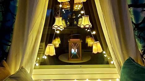 Vantaalainen Miira Paukku taiteili kotiinsa jouluvalot kirpputorilta löytämistään lampunvarjostimista.