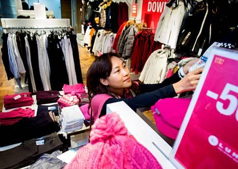 Thaimaalainen Kamonwan Rriamranesee sovitteli villamyssyä lentokentän Luhdan myymälässä viime viikon perjantaina.