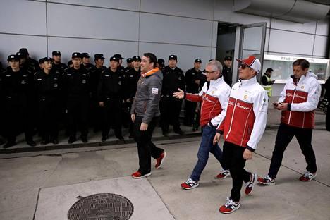 Kimi Räikkönen saapui seurueineen Shanghain formularadalle torstaina.