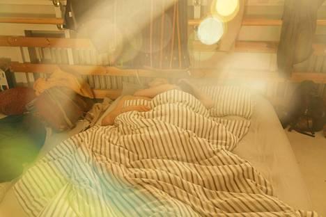(6.11) Festivaalin työntekijät nukkuvat yönsä siskonpedissä Kitisenrannan koulun luokassa, jonka ikkunat on peitetty jätesäkein. Talkoolaiset Marko Repo ja Helena Mäkinen kävivät nukkumaan kello kuudelta aamulla 13 tunnin talkootyöpäivän jälkeen aamuauringon pehmeään syliin.