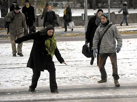 Ensilumi teki tienpinnat liukkaiksi Helsingissä perjantaina.