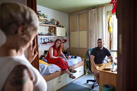 35-vuotias David ja 32-vuotias Beatriz Castellanos asuvat yhä kotonaan epävarman työtilanteen ja Madridin korkeiden vuokrahintojen vuoksi, mutta he eivät pidä tilannetta toistaiseksi hankalana. Äiti Adela Castellanos katselee Davidin huoneen ovella.