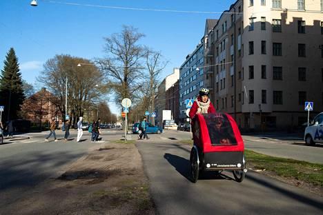 Aleksis Kiven katu Helsingissä kuuluu Sörnäisten postinumeroalueeseen, jossa vanhojen kerrostaloasuntojen hintojen ennustetaan nousevan hurjaa neljän prosentin vauhtia lähivuosina.