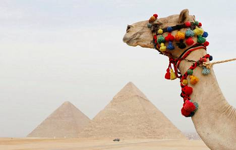 Kairon kupeessa kohoavat Gizan pyramidit ovat yhä Egyptin suosituin nähtävyys.