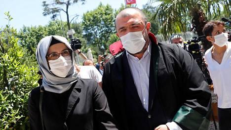 Khashoggin kihlattu Hatice Cengiz (vas.) poistui Istanbulin oikeustalolta ensimmäisen oikeudenkäyntipäivän jälkeen.