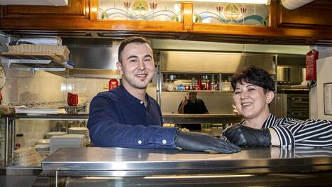 """Bekir Yildiz (vas.) ja Nazan Töre ovat olleet töissä isänsä perustamassa ravintolassa jo vuosia. """"Isä sanoo vieläkin, ettei ole pakko olla juuri täällä töissä. Minusta tämä on paras vaihtoehto"""", Töre sanoo."""