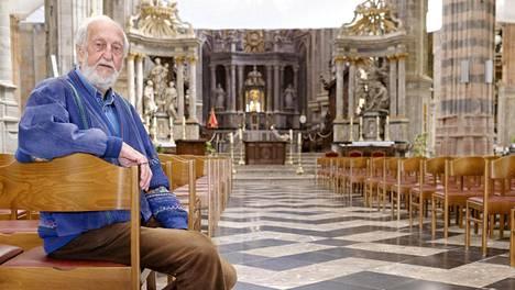 Saint-Hubertin kirkon vapaaehtoistyöntekijä André Luzot harmittelee, ettei belgialaisia enää näy kirkossa.