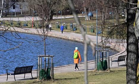 Etelä-Suomeen on tällä viikolla tiedossa poutaista säätä. Ulkoilijoita Helsingin Hakaniemessä sunnuntaina 11. huhtikuuta 2021.