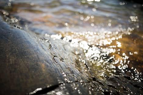 Särkkäniemen kärjessä voi nauttia kallion yli huuhtoutuvista aalloista.