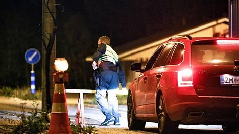 Rajavartija poistaa pysäytyspuomia Ruotsista saapuvan auton edestä Suomen ja Ruotsin rajalla syyskyyssa 2020.