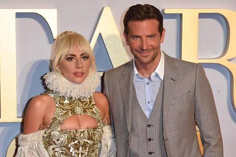 Lady Gaga ja Bradley Cooper poseeraavat A Star is Born -elokuvan ensi-illassa Lontoossa.
