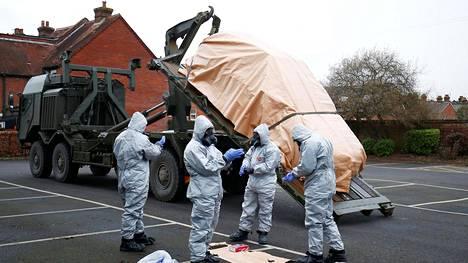Suojapukuihin sonnustautuneet brittisotilaat poistivat viikonvaihteessa auton Salisburyn pikkukaupungissa alueelta, jossa entinen venäläisvakoilija ja hänen tyttärensä myrkytettiin hermokaasulla viikkoa aiemmin.
