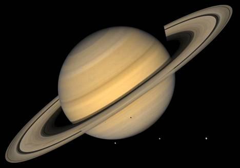 Saturnus on aurinkokuntamme toiseksi suurin planeetta. Sen läpimitta on hieman yli 116000 kilometriä. Planeetat eivät ole kuvassa toisiinsa nähden mittakaavassa.