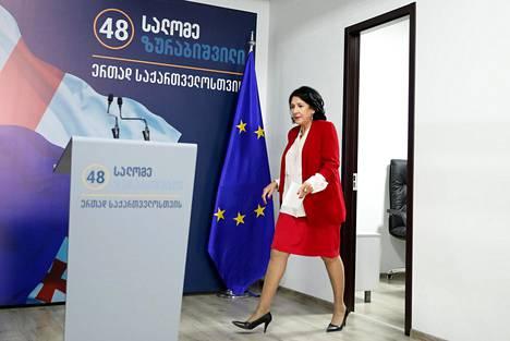 Georgian valtapuolueen presidenttiehdokas Salome Zurabišvili saapui tiistaina tiedotustilaisuuteen Tbilisissä.