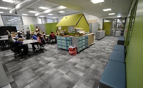 Koulun opetustiloja kutsutaan soluiksi, joissa voi kerrallaan olla aina kolme tai neljä luokkaa yhdessä. Avoimia tiloja muokataan pienempiin osiin esimerkiksi liikuteltavien sermien avulla.