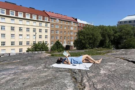 Mandana Shamsuddinin kaverit lähtivät mökeille, mutta hän jäi Helsinkiin. Normaalisti Temppeliaukion kirkon kalliolla on paljon ihmisiä hyvällä ilmalla, mutta juhannusaattona oli hiljaista.
