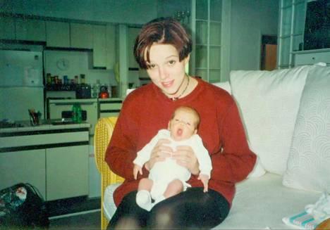 Kuvassa äiti Charity Bennet ja Paris-poika vauvana.