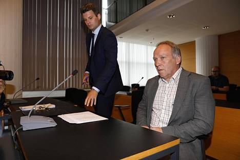 Perussuomalaisten kansanedustaja Teuvo Hakkarainen Helsingin käräjäoikeudessa maanantaina.