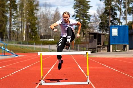 Aitajuoksija Annimari Korte harjoitteli Veikkolan kentällä toukokuussa.