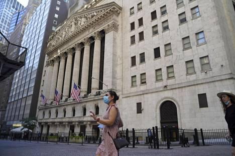 Kasvomaskein varustautuneet turistit ohittivat New Yorkin pörssitalon keskiviikkona.