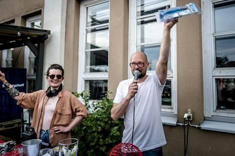 Kokemuksesta huolimatta DJ Ällistysnainen eli Marja Ruusunen ja bingoisäntä Pertti Mäki jännittävät jokaista iltaa. Tärkeintä heille on, että ihmiset viihtyvät ja nauttivat olostaan.