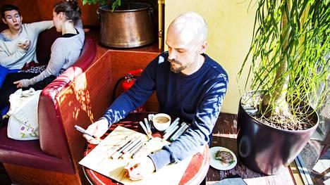 Matti Pikkujämsä luonnostelee Café Esplanadissa.