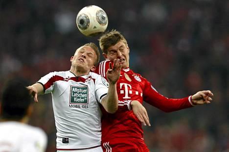 Kaiserslauternin Alexander Ring taisteli pallosta Bayern Münchenin Toni Kroosin kanssa.
