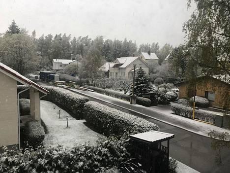 Helsingin Vartioharjussa maa oli aamukuudelta valkoisena yön lumisateen jäljiltä.
