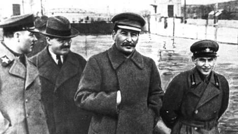 Neuvostoliiton johtoa vuonna 1937. Kuvassa Kliment Vorošilov (vas.), Vjatšeslav Molotov, Josif Stalin ja Nikolai Ježov.