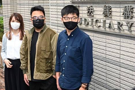 Agnes Chow (vas.), Ivan Lam ja Joshua Wong saapuivat oikeuteen Hongkongissa maanantaina. Oikeudessa he myönsivät syyllistyneensä kokoontumisrikoksiin, jotka liittyivät vuoden 2019 mielenosoituksiin. Myöntämisen jälkeen heidät otettiin kiinni.