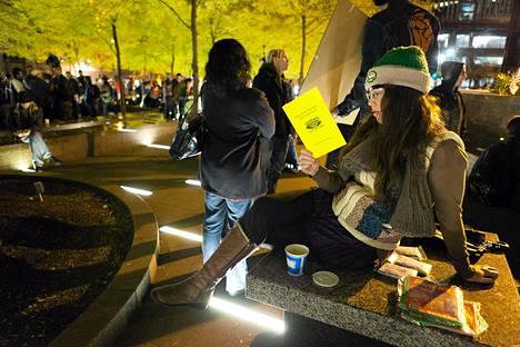 Lauren Belski Brooklynistä luki Zuccotti-puistossa keskiviikkona. Occupy Wall Street -mielenosoittajat palasivat takaisin puistoon, johon ei enää saa tuoda telttoja.