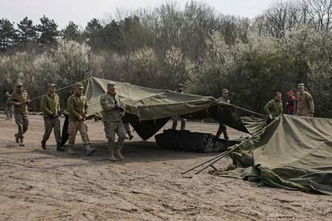 Romanian armeijan sotilaat rakensivat telttasairaalaa Bukarestin lähiställä Otopenissa 20. maaliskuuta.