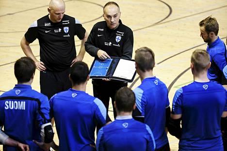 Mico Martic (oik.) näyttää Suomen maajoukkueelle taktisia kuvioita. Kakkosvalmentaja Ville Sihvonen kuuntelee vieressä.
