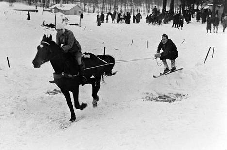 Lumitalvi jatkui reilusti yli vapun vuonna 1941. Näin vauhdikasta ja talvista menoa oli Laakson kentällä kyseisen vuoden helmikuussa.