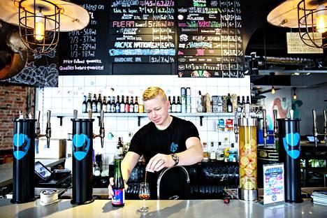 Brewdogin ravintolapäällikkö Rasmus Suikki kaataa lasiin kaksi senttilitraa kaupungin kalleinta olutta. Kaksi senttilitraa maksaa kympin, koko pullo 187,50 euroa. Alkoholia siinä on peräti 41 prosenttia.