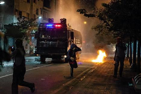 Mielenosoittajat ottivat yhteen poliisin kanssa Caracasissa Venezuelassa maanantain vastaisena yönä.