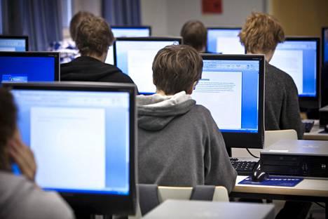 Helsingin Suutarilan yläasteella opiskeltiin äidinkieltä tietokoneluokassa keväällä 2011.